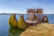 Peru, Puno, Puno, Lago Titikaka, tradicional barco atracado no cais — Fotografia de Stock