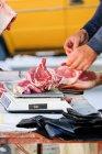 Carnicero callejero cortando carne cerca de un gran bazar en Bujará, Uzbekistán - foto de stock
