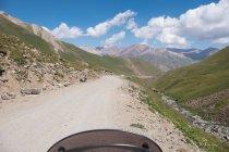 Kirgisistan, Naryn Region, Kochkor District, unbefestigte Straße zu den Bergen hängen — Stockfoto