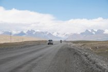 Kyrgyzstan, Issyk-Kul region, Jety - Oguz, traffic road with mountains in the background — Stock Photo