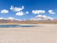 Chile, Region de Antofagasta, El Loa, Laguna Miniques, Panorama mit schneebedeckten Gipfel und See — Stockfoto
