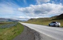 Исландия, автомобиль на дороге в районе Рейкьявика — стоковое фото