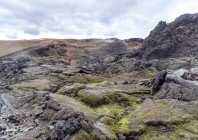 Turista distante, caminhadas pelo campo de lava, Islândia, Skutustaahreppur, Leirhnjukur — Fotografia de Stock