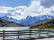 Чили, Magallanes and antartica chilena, Ultima Esperanza, Torres del Paine, view from bridge to mountain range — стоковое фото