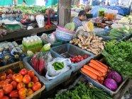 Овочі на кіосків на ринку в Takuapa, тамбон Khuekkhak, Чанг Wat Пханг Нга, Таїланд — стокове фото
