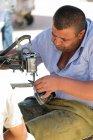 Узбекистан, ремонт обуви на рынке — стоковое фото