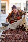 Дорослі жінки розгортається фруктів для сушіння, Узбекистан — стокове фото