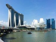 SINGAPORE - MAY 26, 2016: Singapore, art museum next to the Marina Bay Sands and the Helix Bridge — Stock Photo
