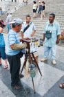 Old man photographer with vintage camera in front of Capitol, Havana, Cuba — Stock Photo