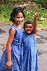 Zwei Mädchen in blau Kleider lächelnd in die Kamera, Salua, Samoa — Stockfoto