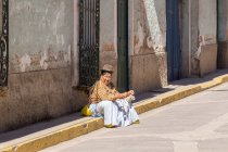 Peruvian woman with traditional hat at city street, July, Puno, Peru — Stock Photo