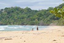 Panamá, província de Bocas del Toro, Bastimento, as pessoas na praia a pé — Fotografia de Stock