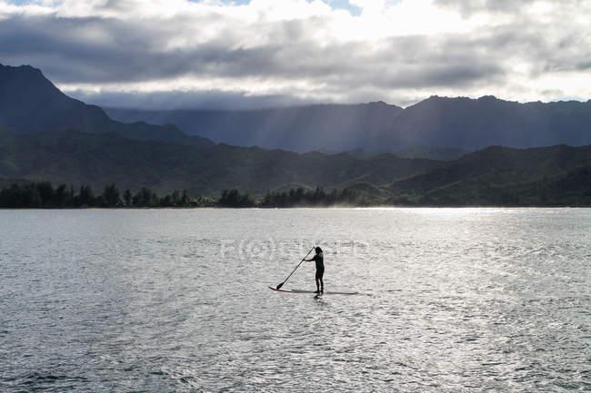 США, Гаваї, Princeville, Кауаї, переглянути до пристані Hanalei і standup весляра на березі озера — стокове фото