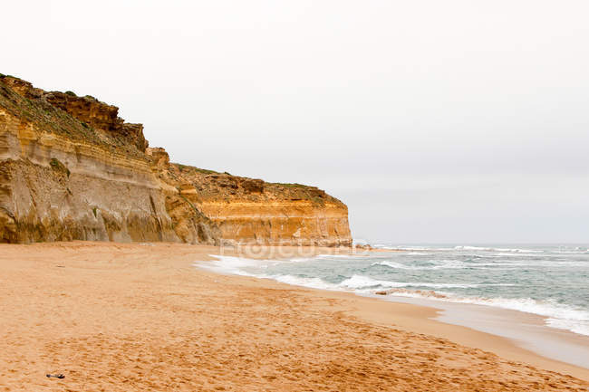 Australia, Port Campell National Park, Great Ocean Road, Gibson Step, vista panoramica sulla costa rocciosa con mare in tempo lunatico — Foto stock