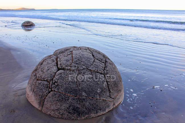 Nueva Zelanda, Isla Sur, Moeraki, Boulders en la orilla del mar - foto de stock