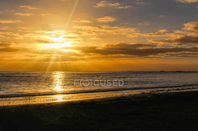 New Zealand, South Island, Canterbury, South Bay, Kaikoura, sunrise at sea — стокове фото