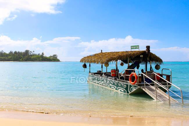 Isole Cook, Rarotonga, Scena tropicale con traghetto in barca lungo la costa — Foto stock
