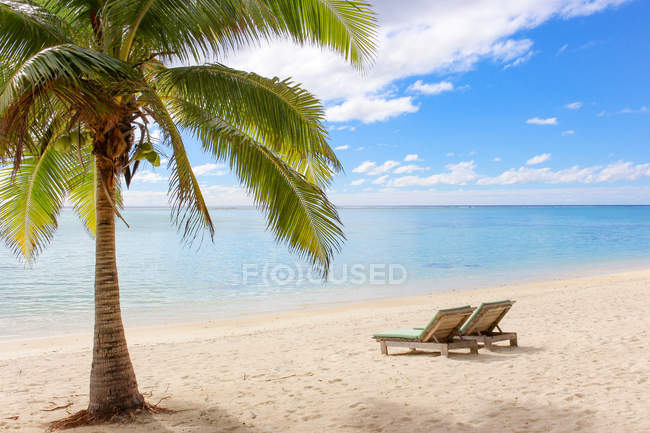 Cook Islands, Aitutaki, Scenic view of empty Beach with two deckchairs on sand — Stock Photo