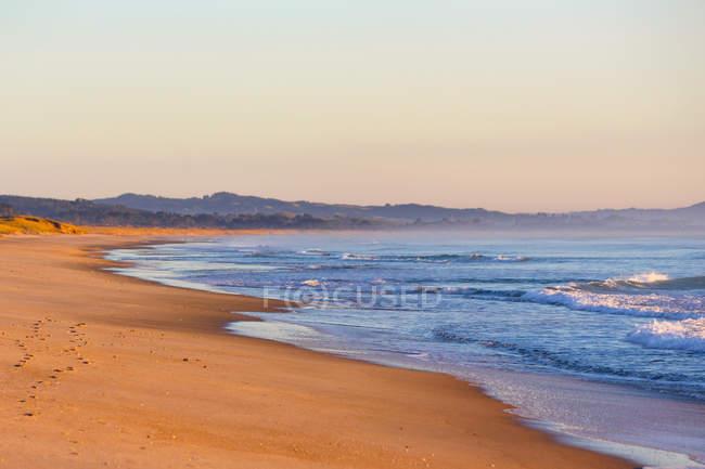 Neuseeland, Nordinsel, Nordland, waipu, Sonnenaufgang am Sandstrand — Stockfoto
