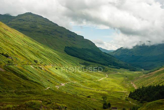 Vereinigtes königreich, schottland, argyll und bute, ledaig, auf dem weg nach schottland bei ledaig, malerische grüne berglandschaft — Stockfoto