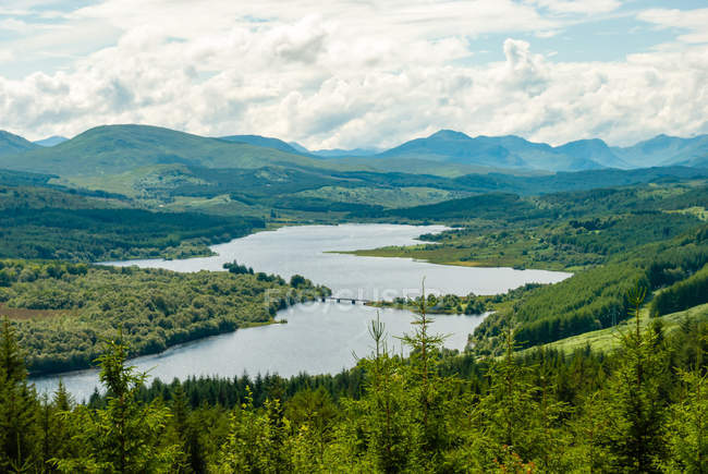 United Kingdom, Scotland, Highland, Invergarry, Scottish Highland near Invergarry, scenic aerial landscape with forest lake and mountains view — Stock Photo