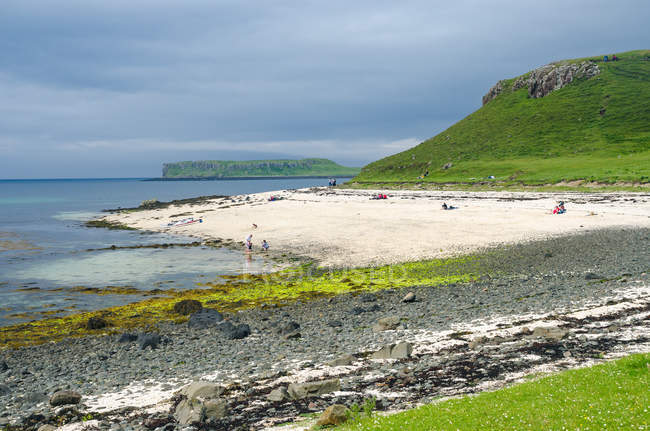 United Kingdom, Scotland, Highlands, Isle of Skye, Coral Beaches at Claigan, Loch Dunvegan, scenic coastal view with green rocks by sandy beach — Stock Photo