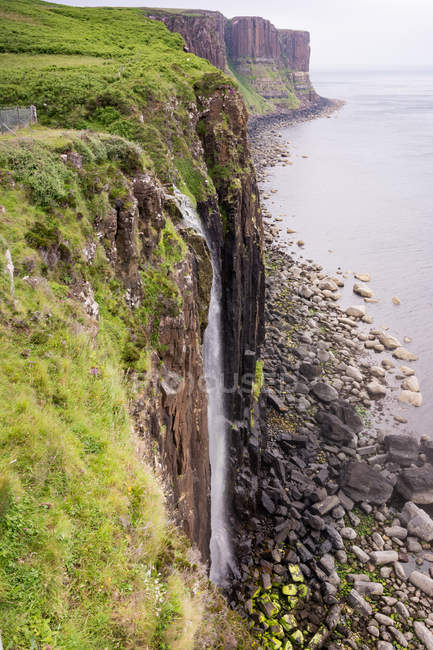 Vereinigtes Königreich, Schottland, Hochland, Insel des Himmels, Wasserfall auf dem Kiltfelsen am Meer — Stockfoto