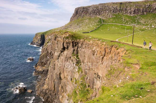 Vereinigtes Königreich, Schottland, Hochland, Insel des Himmels, Glendale, Menschen, die auf den feinsten Punkt grüne Klippen am Meer wandern — Stockfoto