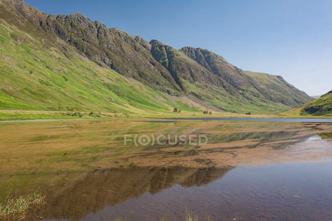 United Kingdom, Scotland, Highland, Ballachulish, Lake in Glencoe Highland, scenic natural landscape with mountain lake — Stock Photo