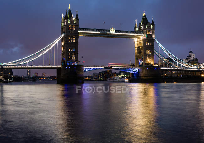 Royaume-Uni, Angleterre, Londres, Tower Bridge de nuit — Photo de stock