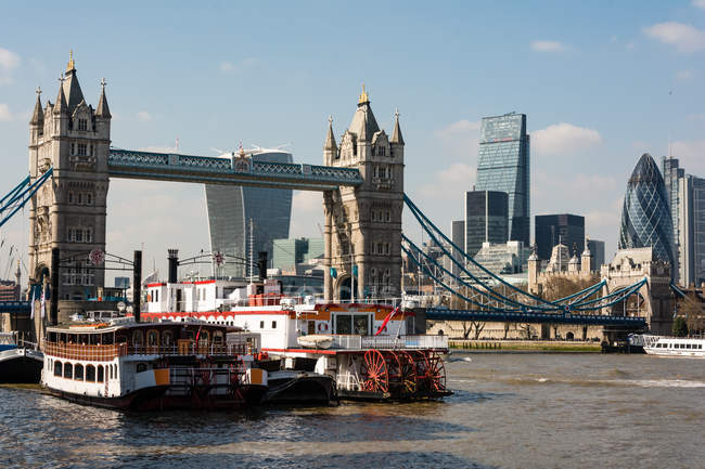 Royaume-Uni, Angleterre, Londres, navires de Tower Bridge à Londres — Photo de stock