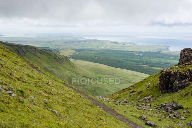 Royaume-Uni, Écosse, Highlands, Île de Skye, Portree, At Old Man of Storr, Trotternish, Paysage montagneux pittoresque par temps brumeux — Photo de stock