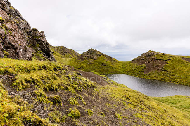 Vereinigtes Königreich, Schottland, Hochland, Insel des Himmels, Portree, bei altem Storr, Traber, malerische Berglandschaft mit Felsen und See bei nebligem Wetter — Stockfoto