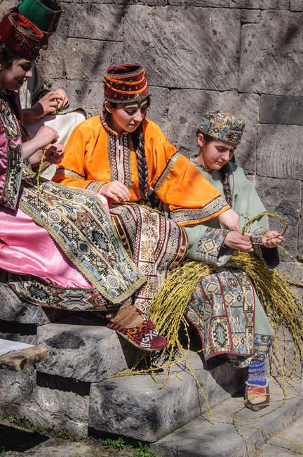 Армения, Арагацотнская область, армянские девушки в венках, подготовка к пасхальному празднику — стоковое фото
