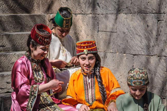 Frauen in traditioneller Kleidung Vorbereitungen für die Osterfestspiele, Armenien — Stockfoto