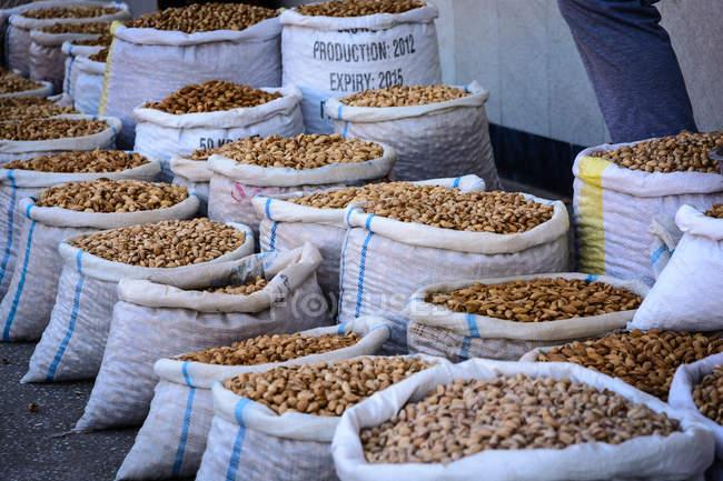 Uzbequistão, província de Samarcanda, Samarcanda, sacos com mercadorias no mercado de rua — Fotografia de Stock