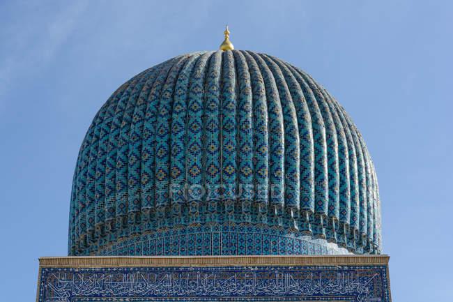 Uzbequistão, na província de Samarcanda, Samarcanda, lindamente decorada torre com cúpula — Fotografia de Stock
