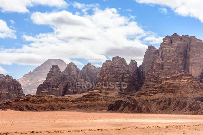 Jordan, Aqaba Gouvernement, Wadi Rum, Wadi Rum é um planalto alto do deserto no sul da Jordânia — Fotografia de Stock