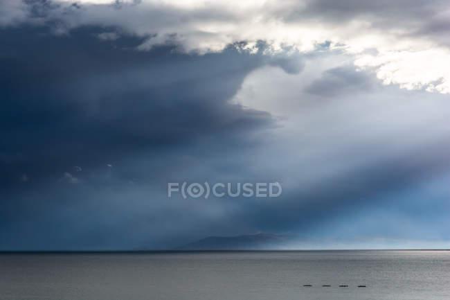 Перу, Пуно, Озеро Титикака, живописный вид в бурную погоду — стоковое фото