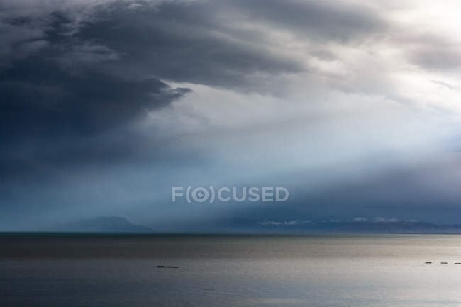 Перу, Пуно, озеро Титикака, живописный вид с грозовой погодой — стоковое фото