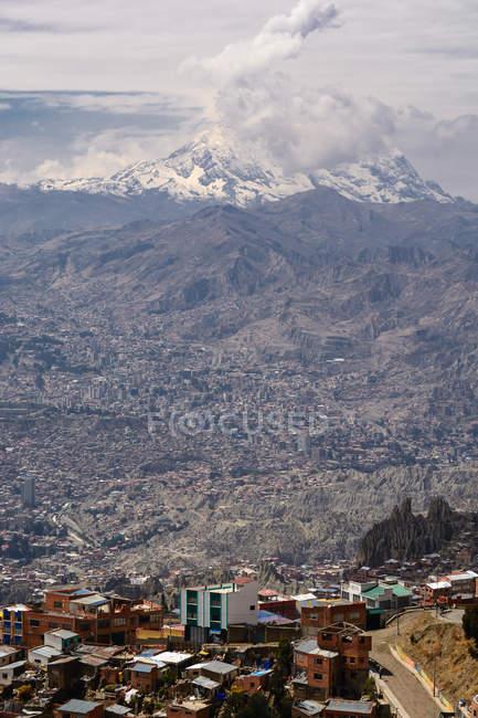 Bolivia, Departamento de La Paz, El Alto, Scenic view of volcano Ilimani over the city — Stock Photo