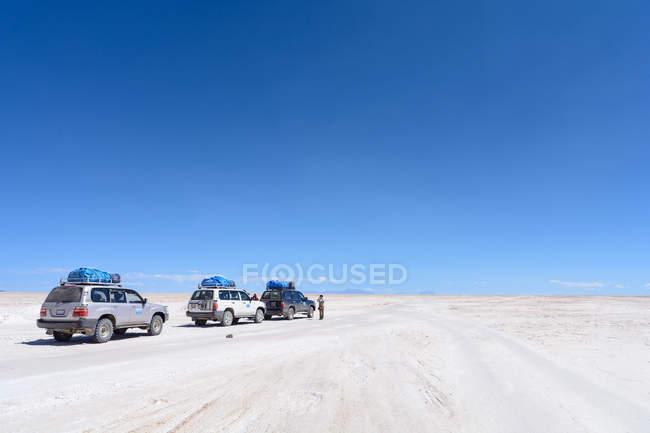 Bolivia, Departamento de Potosí, Uyuni, coches recorrer el Salar de Uyuni - foto de stock