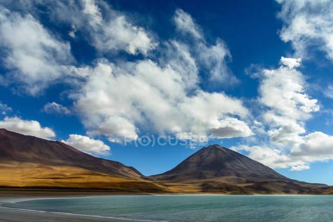 Природный ландшафт с вулканом Ликанкабур на границе Боливии и Чили — стоковое фото