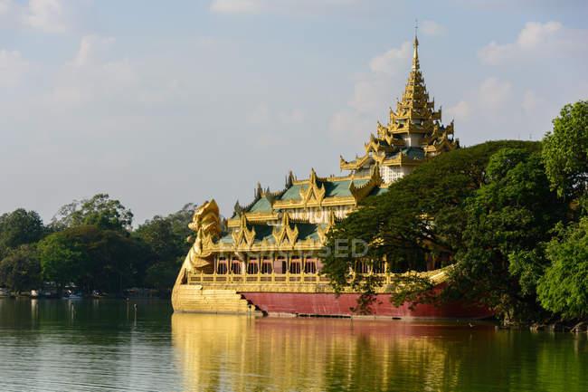 Myanmar (Burma), Yangon Region, Yangon, Kandawgyi Lake with Shwedagon Pagoda — Stock Photo