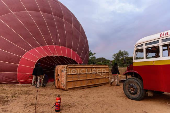 Homens preparando balão para voar, Bagan Velho, região de Mandalay, Mianmar — Fotografia de Stock