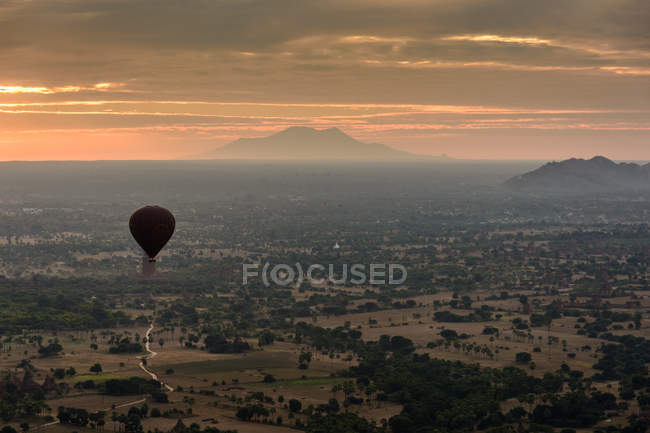 Balloon flying over Bagan at sunset, Old Bagan, Mandalay region, Myanmar — Stock Photo