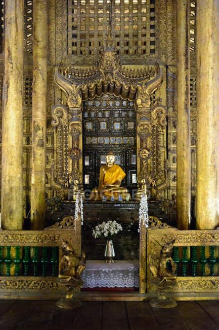 М'янма (Бірма), Mandalay регіону, Mandalay, статуя Будди в Shwe nan ОУПЖ kyaung монастир — стокове фото