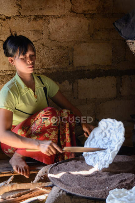 Woman making glass, Myanmar (Burma), Shan, Taunggyi, Se-Ma village — Stock Photo