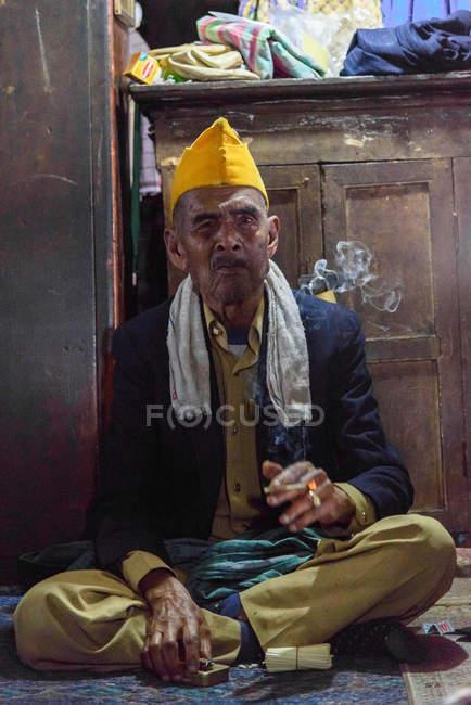 Портрет куріння азіатських людині в кімнаті, Kabubaten Каро, Sumatera Utara, Індонезія — стокове фото