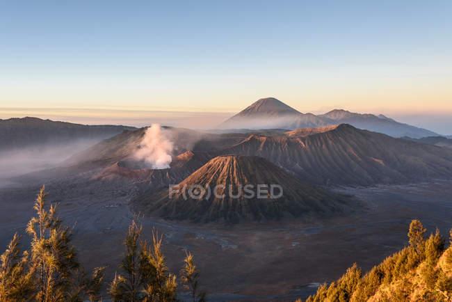 Indonésie, Java Timur, Probolinggo, lever de soleil au belvédère de Bromo à Cemoro-Lewang. Devant le Bromo, derrière le volcan Semeru — Photo de stock